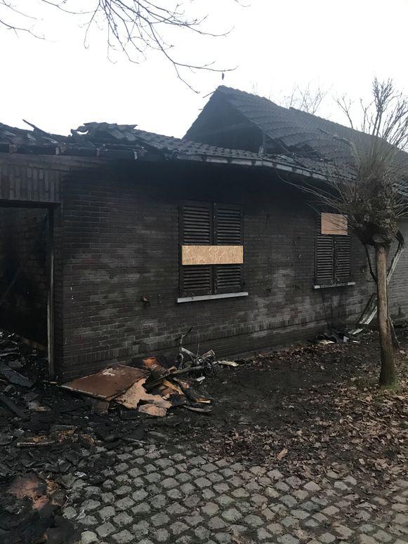 De helft van de woning is volledig uitgebrand, de andere helft heeft veel rook- en waterschade.