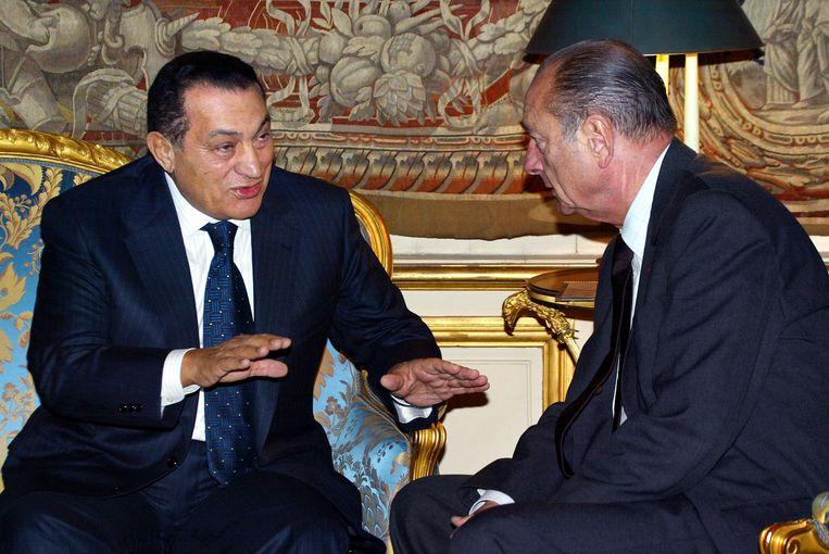 Voormalig president Jacques Chirac (r) met de ex-president van Egypte, Hosni Mubarak. Beeld Reuters