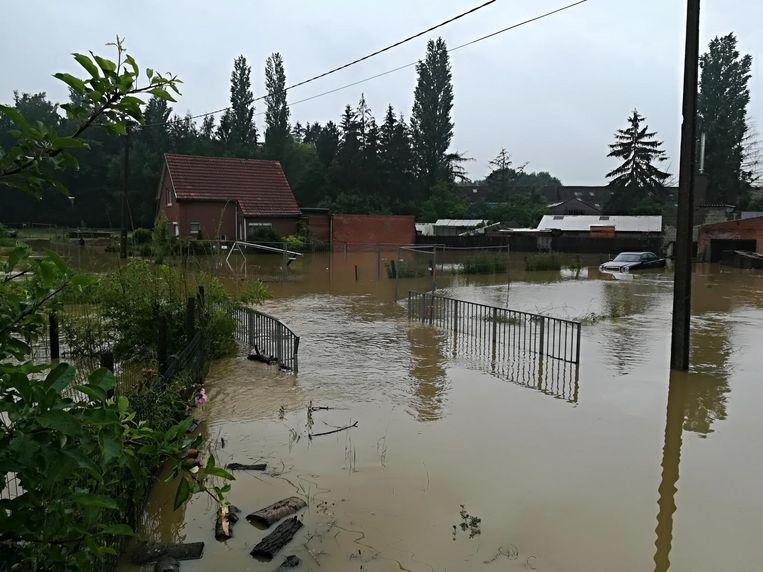 De brug over de Mottebeek in de Dorpsstraat stond een meter onder water.