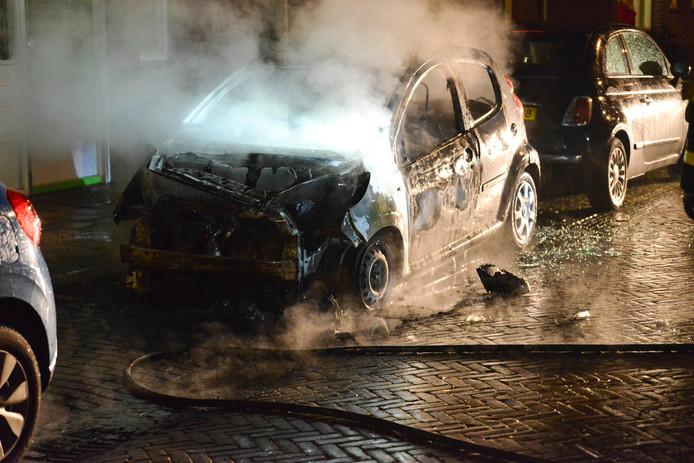 Vuurwerk ontploft tijdens blussen auto in Breda