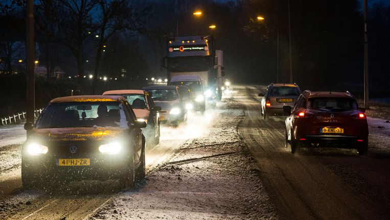 De sneeuw en de bevroren ondergrond zorgen voor gevaarlijke situaties. Beeld ANP