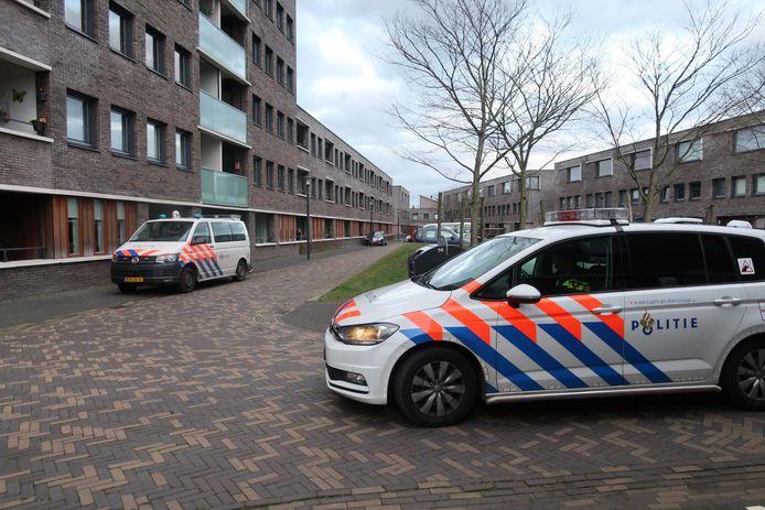 Politie op het Architect Aartsplein in Rijen.