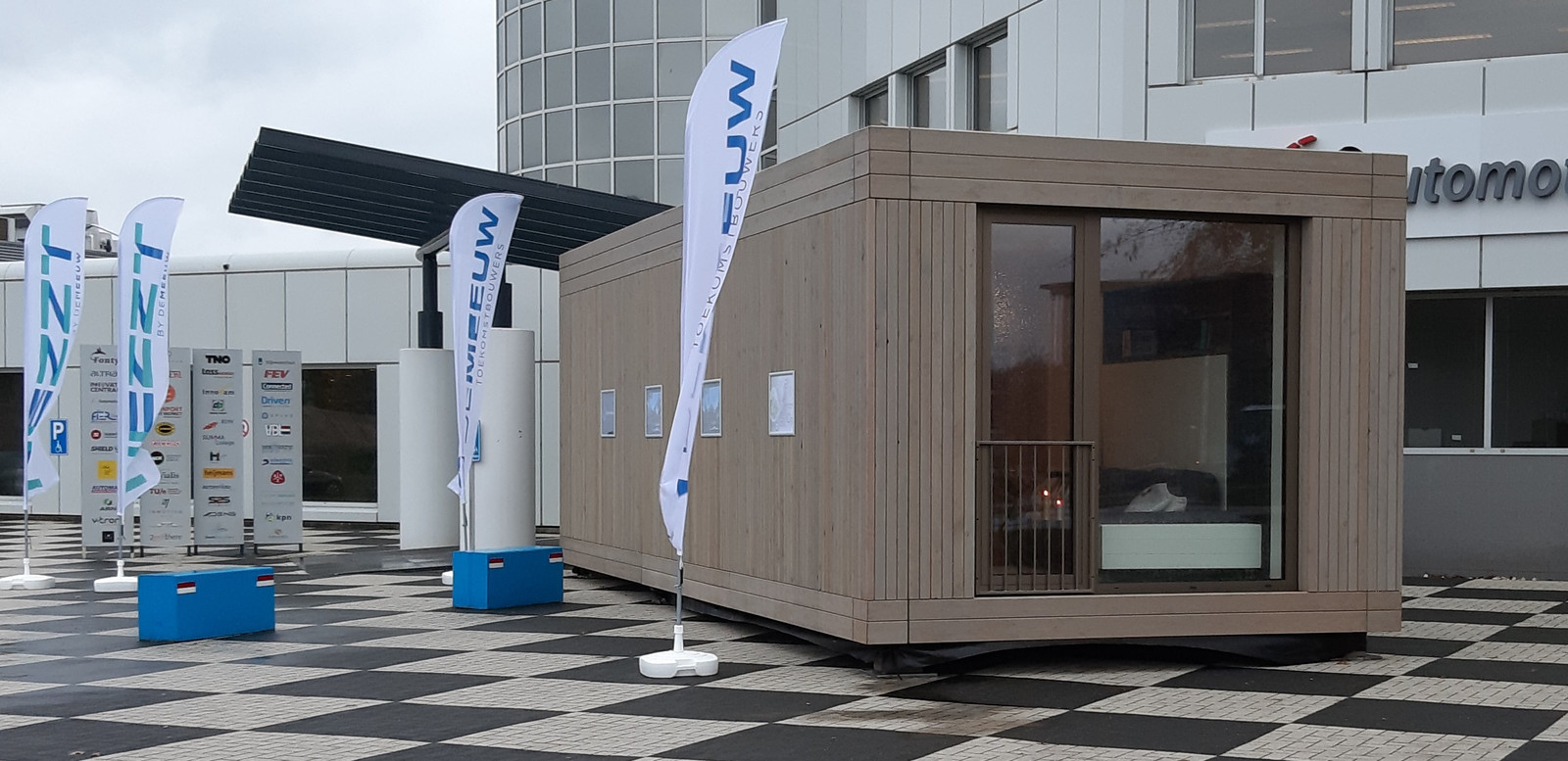 Een tijdelijke woning van De Meeuw staat uitgestald op de Automotive Campus in Helmond.