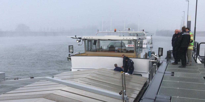 De Milieu Ongevallen Dienst van de RIVM bij metingen op het schip van André en Vanessa Beeld RIVM