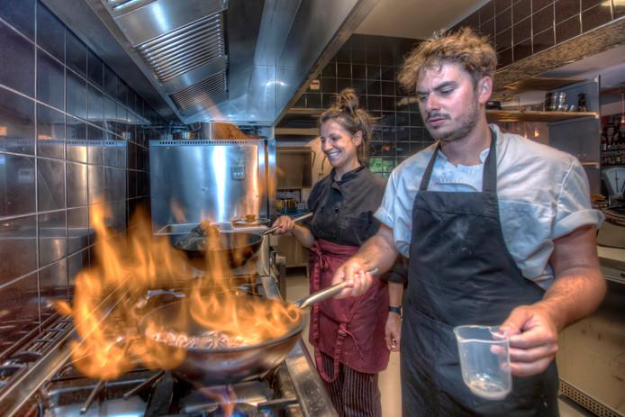 Miguel Ejarque Bou en Adriana Urdanoz Gomez in de keuken van Cuarto Ocho.