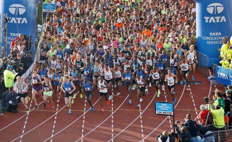 Deelnemers aan de start van de Amsterdam Marathon 2017 in het Olympisch stadion. Beeld ANP
