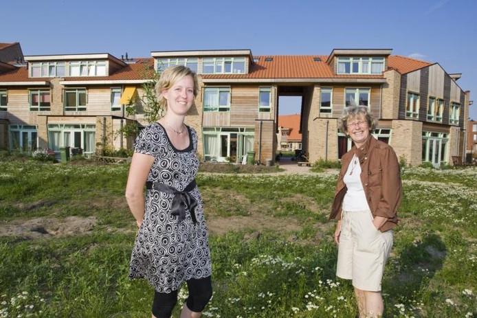 """Janke Verheij (links) en Lucia Plat waren als (toekomstige) bewoners nauw betrokken bij de planvorming voor De Meanderhof. """"Het project heeft een dorps karakter gekregen"""", meent Verheij.foto Frans Paalman"""