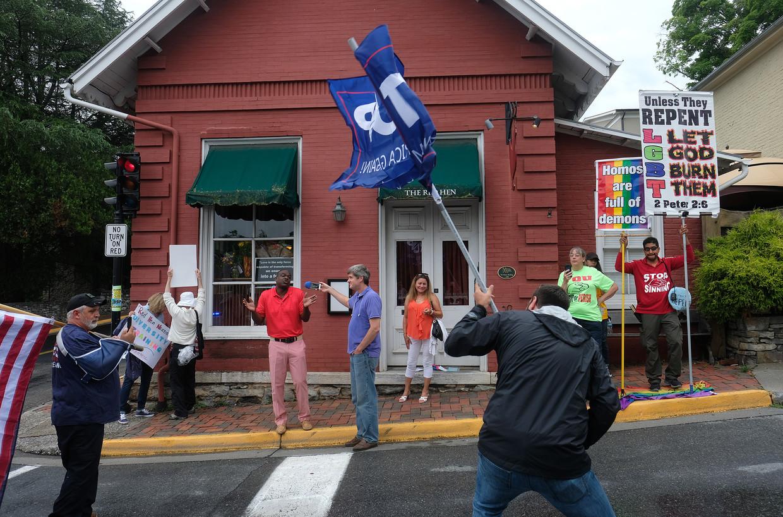 Demonstranten voor de deur van The Red Hen in het plaatsje Lexington.