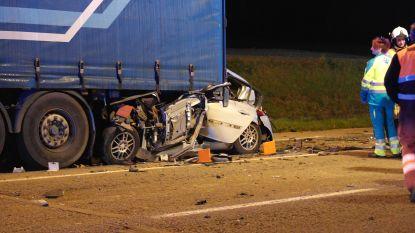 Man op slag dood na klap onder vrachtwagen