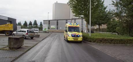 Man ernstig gewond door omvallen betonnen wand bij bedrijf