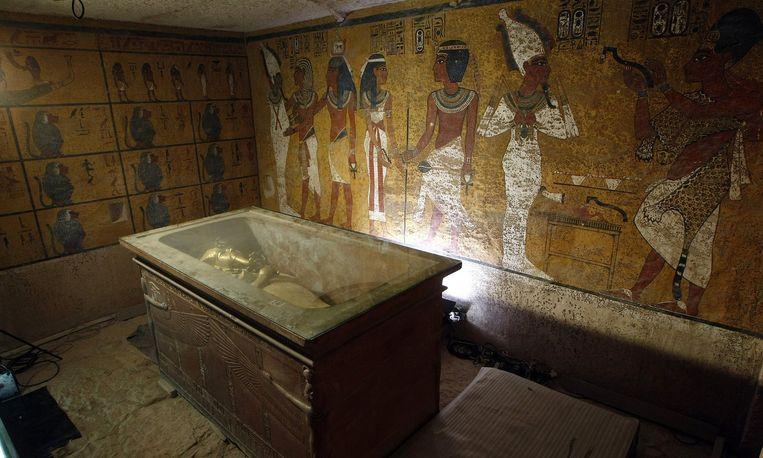 De sarcofaag van Toetanchamon in diens grafkamer (archiefbeeld).