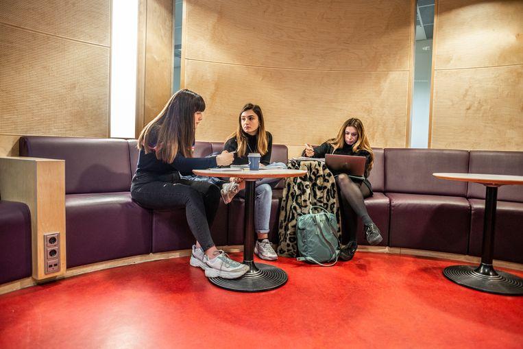 Maud Stragier, Dora Ramohita en Celina Oswald, studenten aan de Universiteit Maastricht, bereiden snel nog een tentamen voor. Beeld Roos Pierson