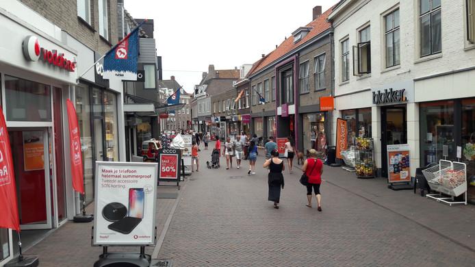 Rondom de Markt in Harderwijk, zoals in het begin van de Donkerstraat, is het zondag gezellig druk.