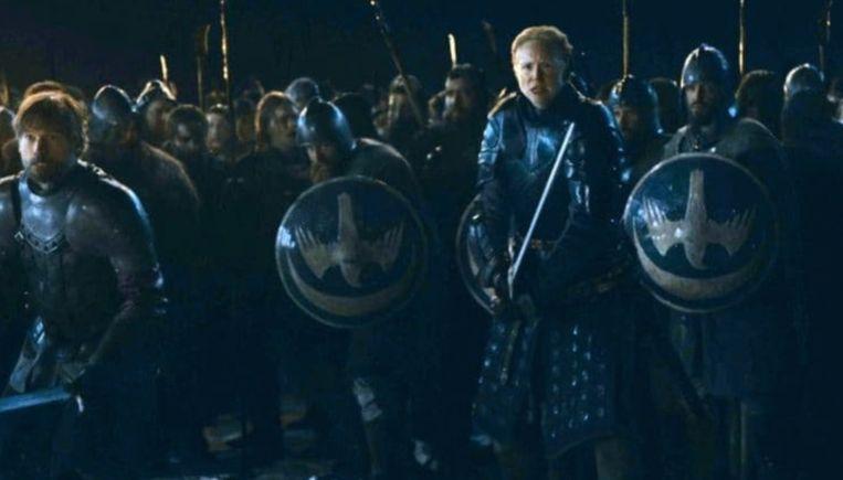 Jaime (links) en Brienne (tweede van rechts) staan paraat om te vechten.