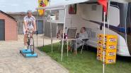 """Ronde-supporter Patrick Vandekerkhove zet zijn Ronde-camper in de tuin: """"Nu niet naar de koers kunnen, wuiven we vanuit Brakel"""""""