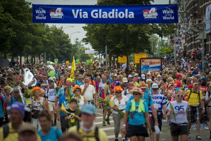 Op de Via Gladiola komen jaarlijks veel wandelaars met gladiolen over de finish van de Vierdaagse.