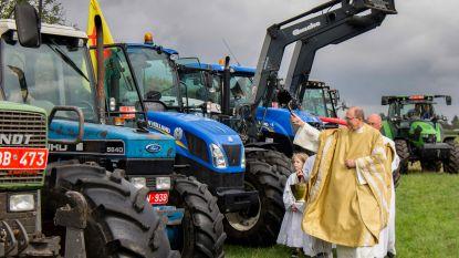 Tractorwijding tijdens Wijkfeest Avermaat