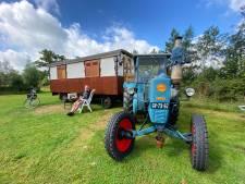 Op 30 liter zonnebloemolie tuft Hardenberger met antieke trekker en pipowagen 450 km van camping naar camping