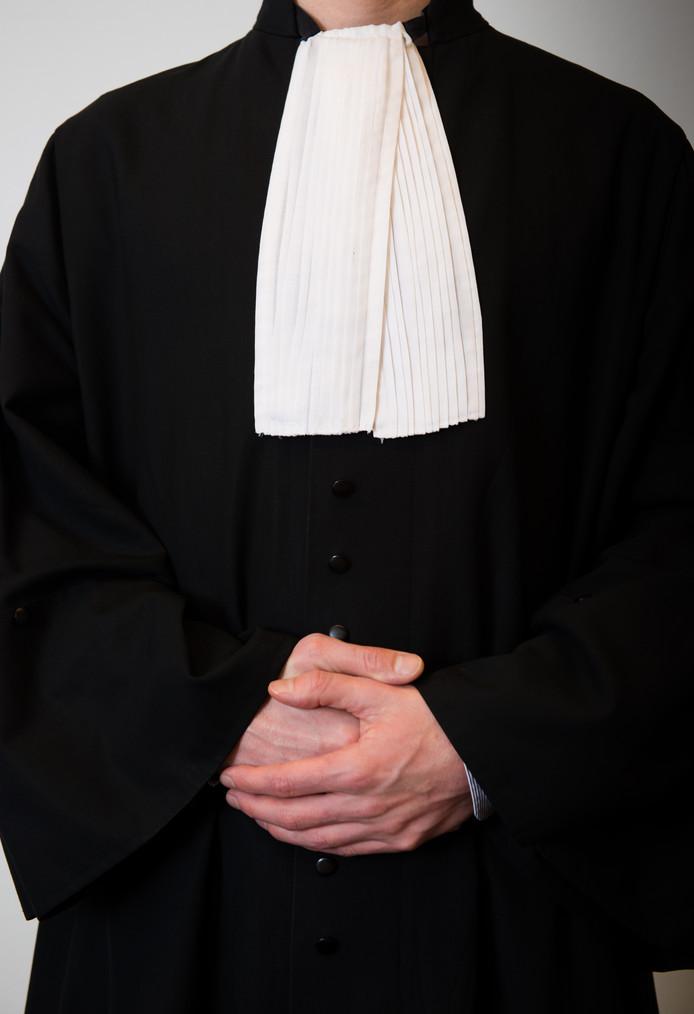 Foto ter illustratie - Een rechter in toga in de rechtbank.