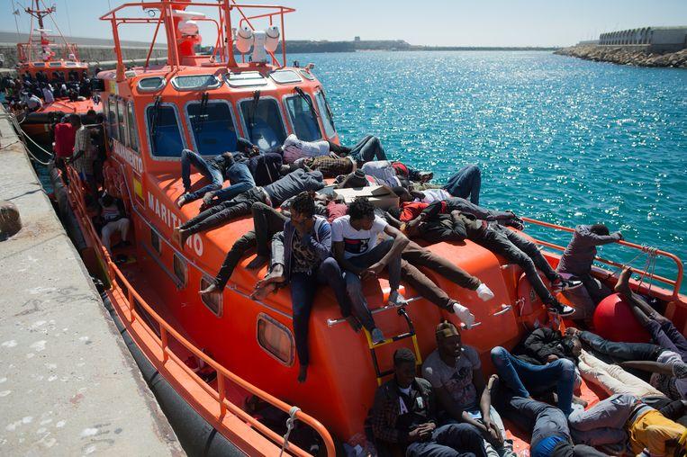 Wachtende migranten aan boord van een boot van de Spaanse kustwacht in de haven van Tarifa, Zuid-Spanje. Beeld EPA