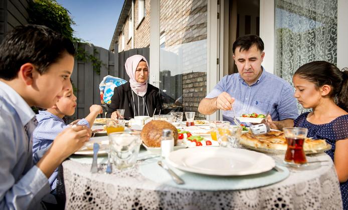 Een Turks-Nederlandse familie viert het Suikerfeest