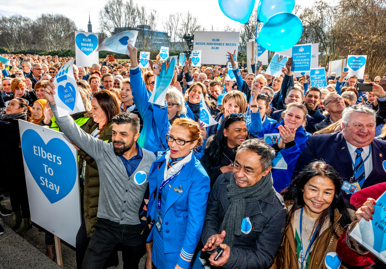 Op de stoep van het KLM-hoofdkantoor in Amstelveen betuigen medewerkers steun aan president-directeur Elbers. Beeld Raymond Rutting / de Volkskrant