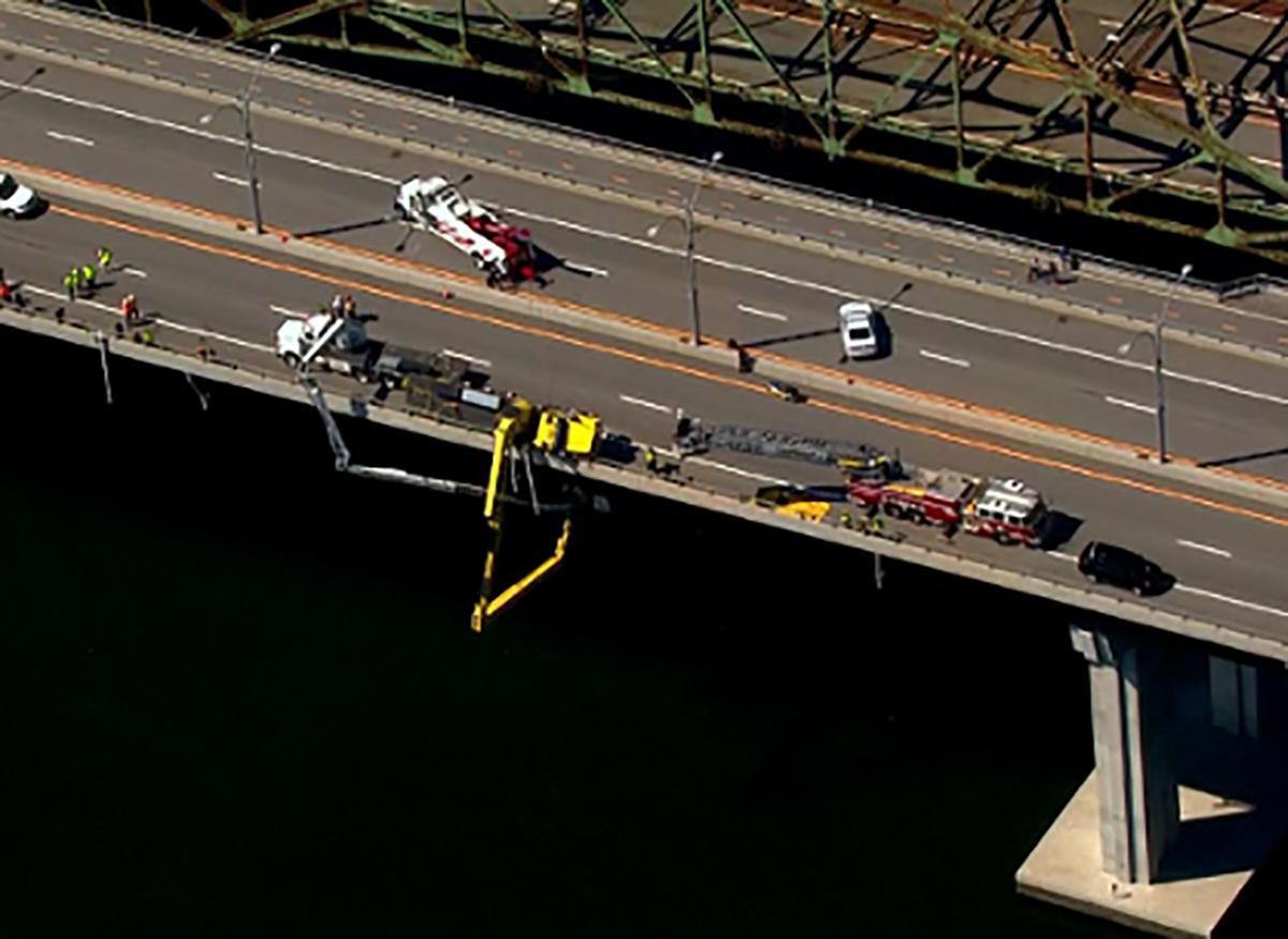Spectaculaire reddingsactie onder Amerikaanse brug | Foto ...