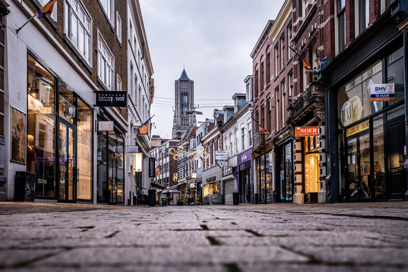 De straten van Arnhem zijn leeg.