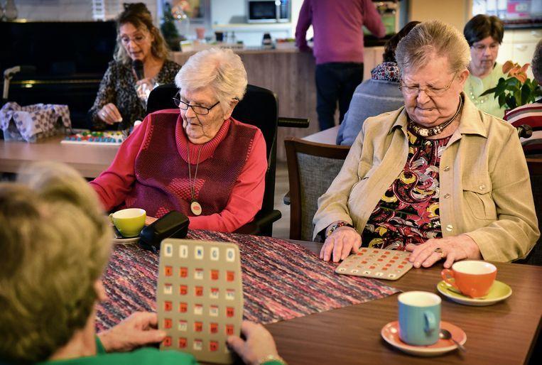 Ouderen in verpleeghuis Sonnevanck in 's-Gravenzande spelen bingo.  Beeld Marcel van den Bergh / de Volkskrant