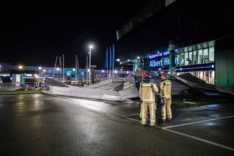 Het weggerukte deel van het dak belandde maandagavond op de (lege) parking van Albert Heijn.