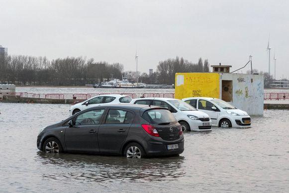Geen enkele auto ging aan het drijven, maar het water kwam wel gevaarlijk hoog tot aan de bodemplaten van de voertuigen.