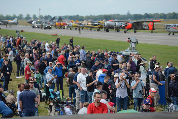Het publiek verzamelt zich langs start- en landingsbaan.