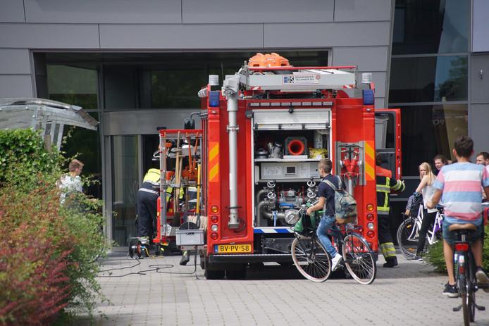 De brandweerwagen voor het Pax Christi College trok veel bekijks.
