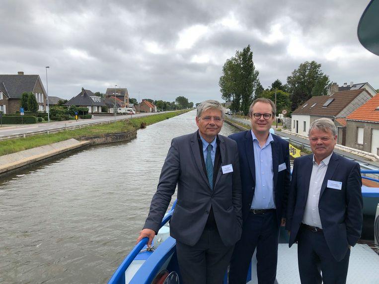 Jean de Bethune (POM West-Vlaanderen), professor Peter Slaets (KU Leuven) en Chris Danckaerts (De Vlaamse Waterweg)