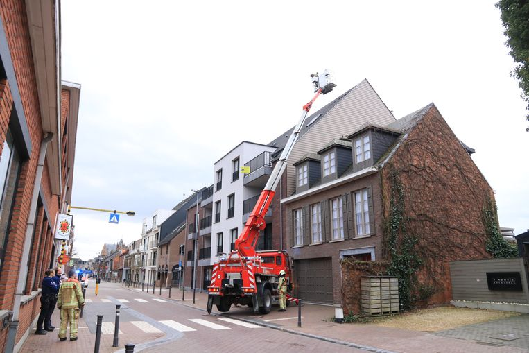In de Kerkstraat moest de brandweer dakpannen terug op hun plaats leggen omdat die op het voetpad dreigden te vallen.