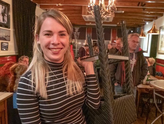 Eva Muller werk in De Gekroonde Suikerbiet in Zierikzee. 'Ik ben min of meer bij toeval in de horeca gerold'
