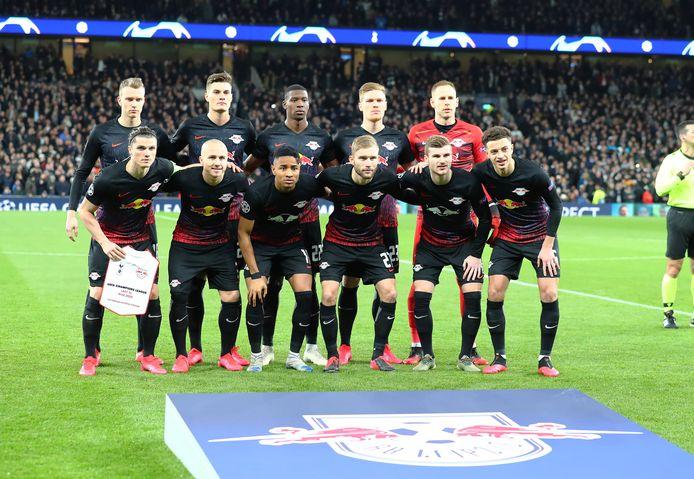 Het Leipzig-team voor de wedstrijd, met dus een paar spelers met een zwart-wit  logo i.p.v. het originele Red Bull logo.