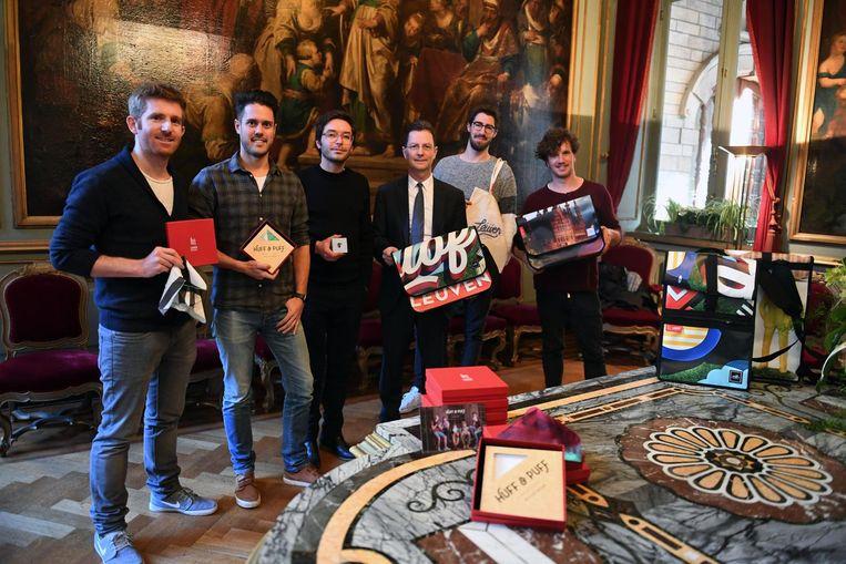 Drie Leuvense creatieve bedrijven en ontwerpers stellen nieuwe relatiegeschenken voor die ze in opdracht van de stad hebben gerealiseerd.