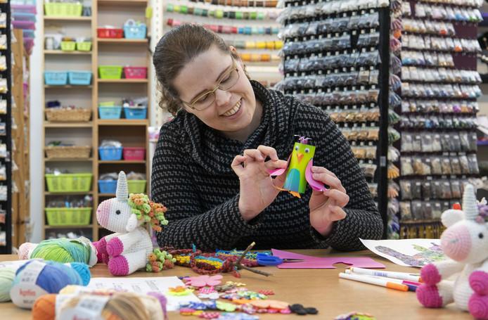 Eelke Hasselo heeft haar eigen hobbywinkel Eeks. Om thuiszittende kinderen en hun ouders tegemoet te komen, is ze gestart met online knutselles.