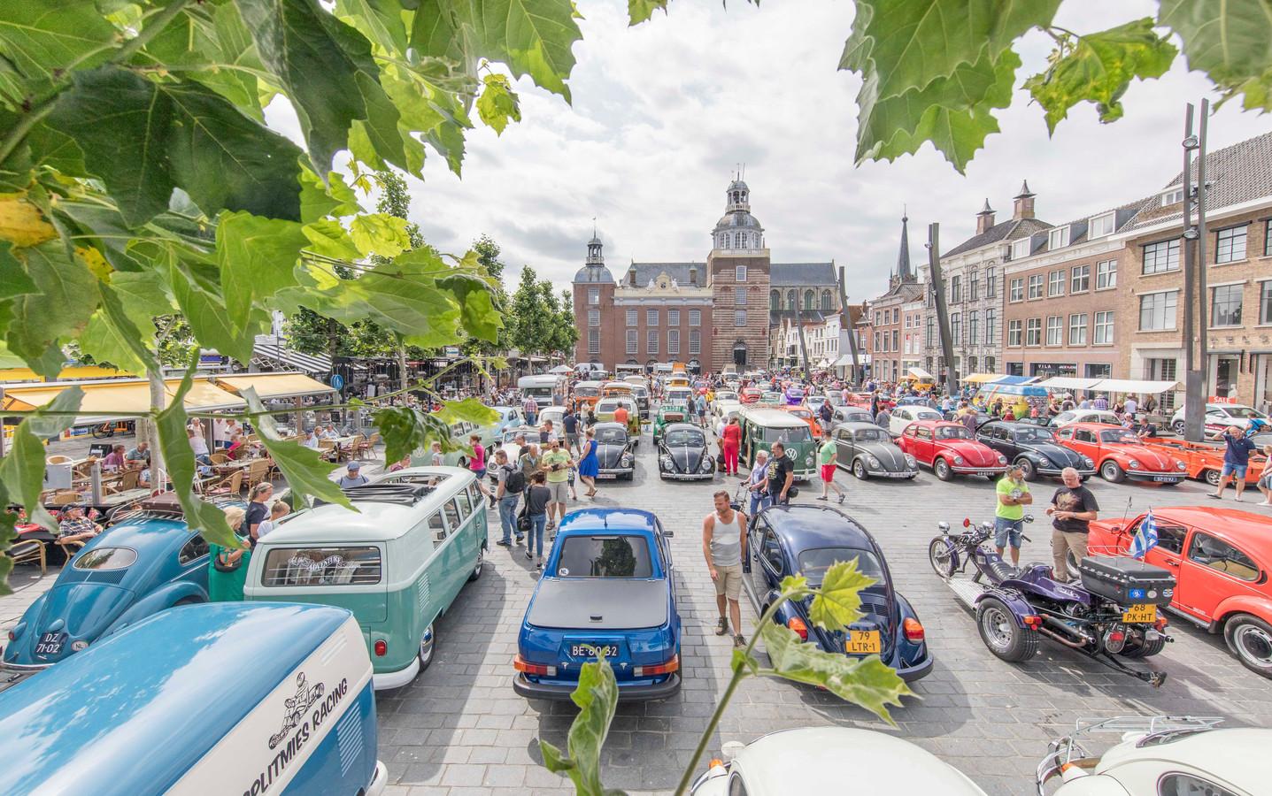 De Grote Markt stond gisteren vol met onder meer Kevers en Volkswagen-busjes.