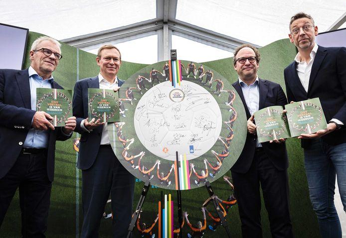 (VLNR) Eric Gudde (directeur betaald voetbal KNVB), minister Bruno Bruins (Medische Zorg en Sport), minister Wouter Koolmees (Sociale Zaken en Werkgelegenheid), en Jan Dirk van der Zee (directeur amateurvoetbal KNVB).