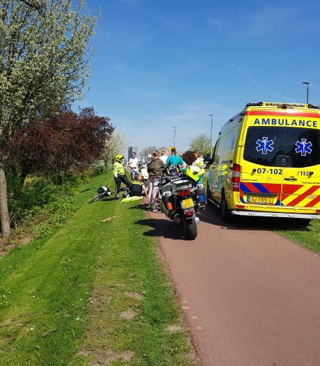 Fietsster valt bij brug in Arnhem en moet naar het ziekenhuis
