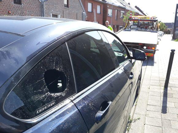 Om in de BMW's te geraken, werd een klein rond gat gemaakt in het raampje van de achterste autodeur.