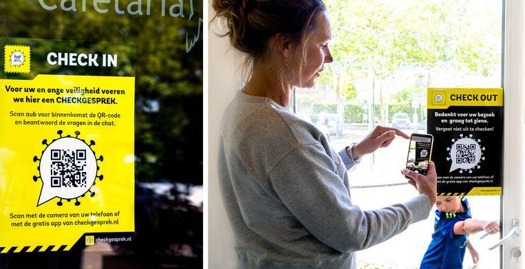 De poster met code voor een corona-check op de deur van Cafetaria de Rob in Broek in Waterland.   Beeld Klaas Jan van der Weij / de Volkskrant
