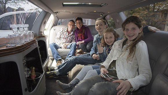Het hele gezin in de limousine.