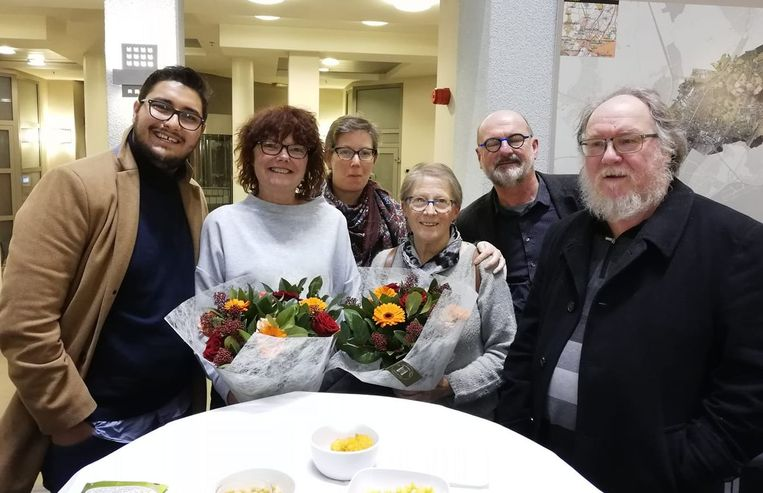 Afscheidnemende mandatarissen Francine De Prins en Magda Van Stevens werden in de bloemetjes gezet voor hun jarenlange inzet. Aimen Horch (links) stapt als jongste fractieleider in hun voetsporen.
