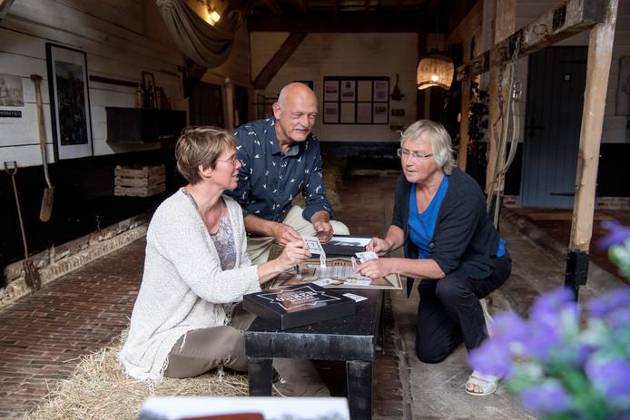 Ingrid van der Velde, Frits Welink en Thea Dijkema (vlnr, archieffoto) spelen het Ommerschans spel. De drie zijn actief voor de viering van 200 jaar Bedelaarskolonie Ommerschans in 2018.
