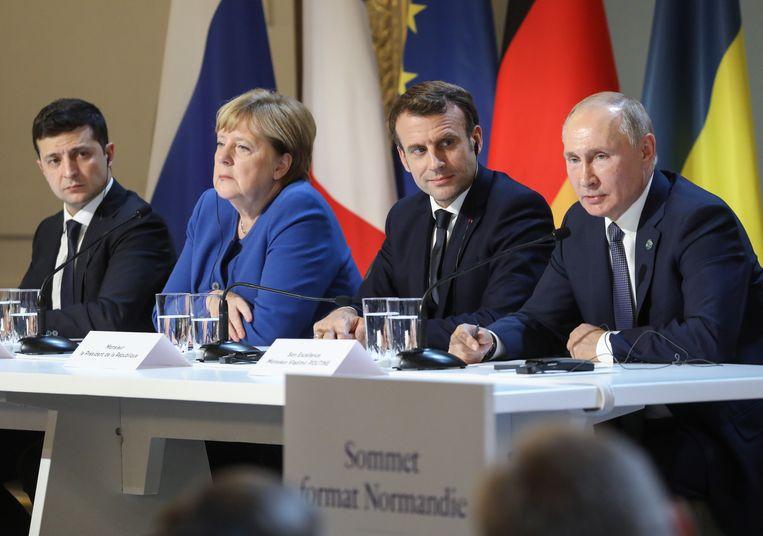 Volodymyr Zelenski, Angela Merkel, Emmanuel Macron en Vladimir Poetin tijdens een gezamenlijke persconferentie.