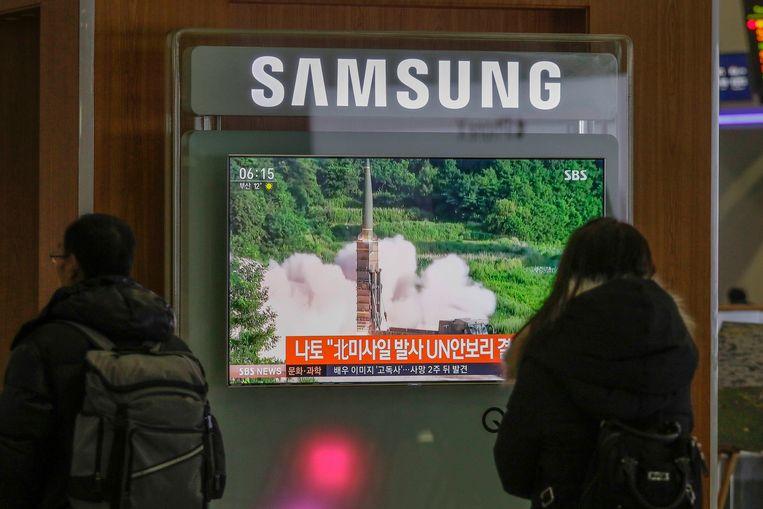 Pendelaars in Zuid-Korea zien op televisieschermen hoe Noord-Korea gisterennamiddag Belgische tijd een nieuwe raket de hoogte instuurde, na een periode van 'relatieve vrede' met de Verenigde Staten.