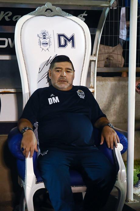 'Koning' Maradona coacht voortaan vanuit een troon